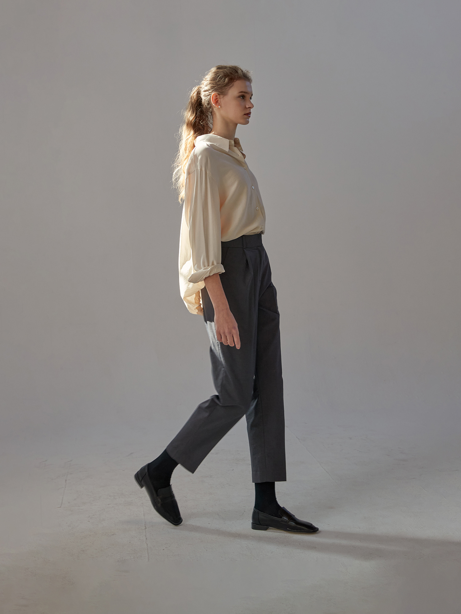 Tapered trousers (charcoal)